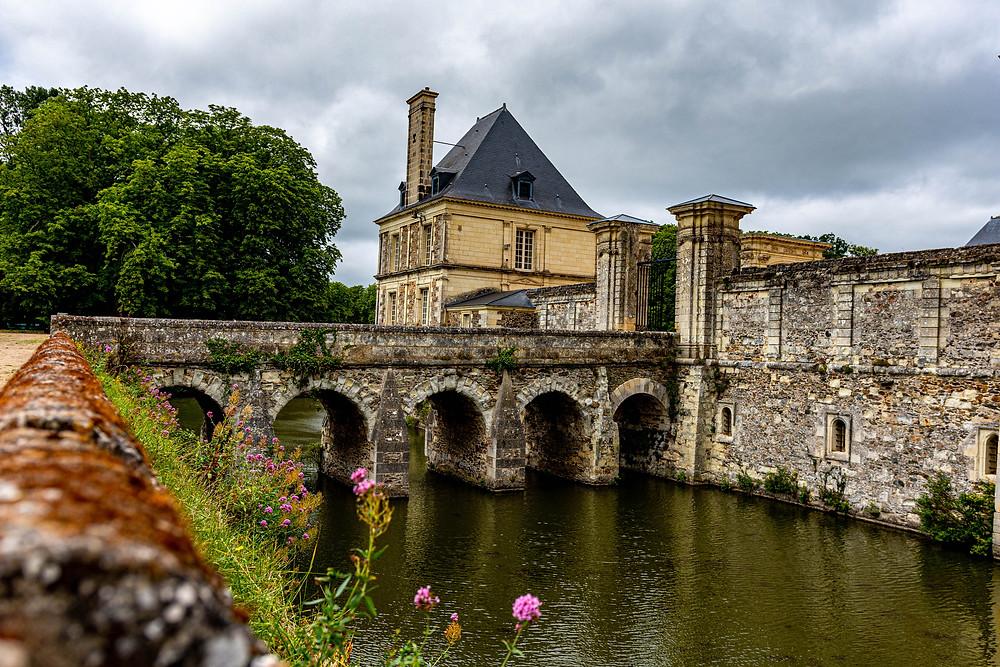 Douve rempli d'eau avec pont en pierre du Château de Serrant