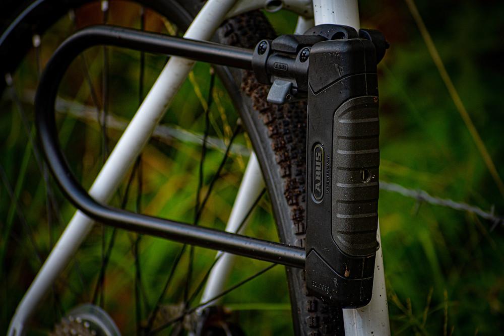 Antivol U de vélo fxé sur le cadre du vélo