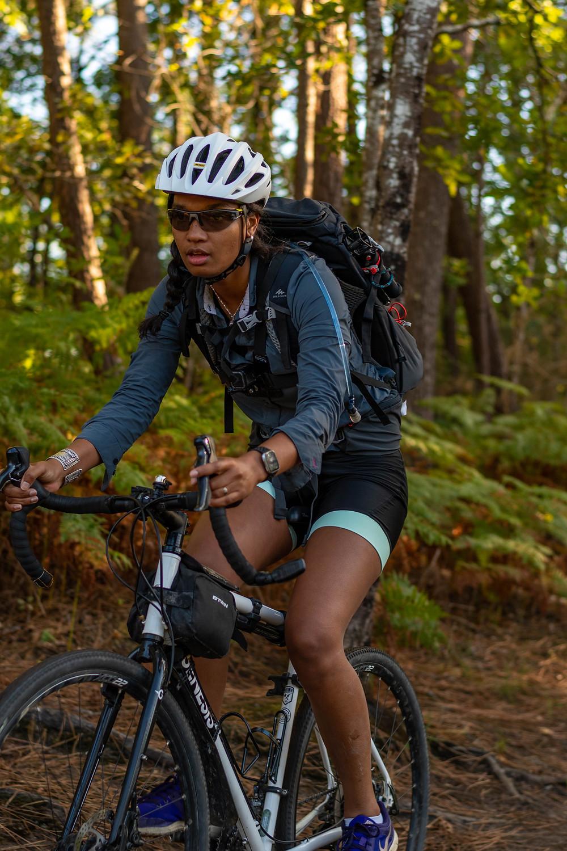 Cycliste avec sac à dos et casque dans la forêt des La,des