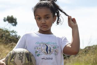 Treinadora se reencontra no futebol em projeto que ajuda meninas carentes