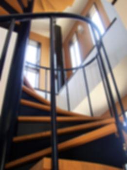 丸窓の家階段 .JPG