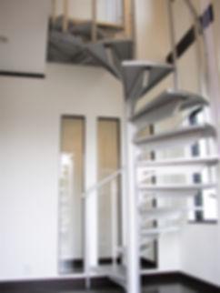藤枝螺旋階段の家階段 .JPG