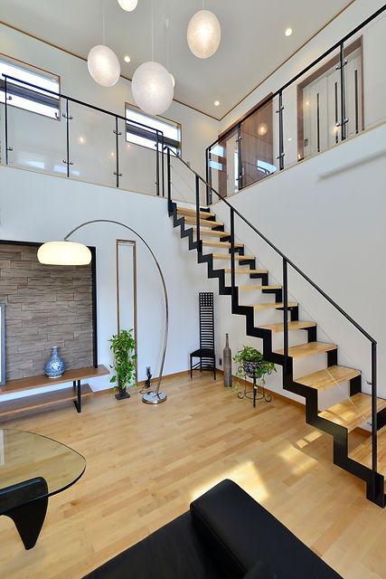 中庭を囲む家階段.jpg