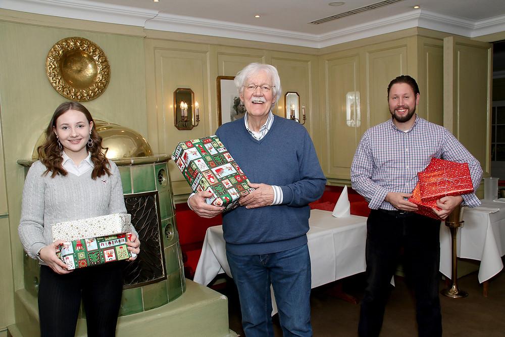 Carlo von Tiedemann & Julian Wehmann übergeben ihre Weihnachtswichtelpakete an die Hamburger Sternschnuppe Felina Fehlauer