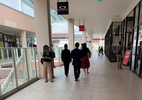 女性の買い物の警護