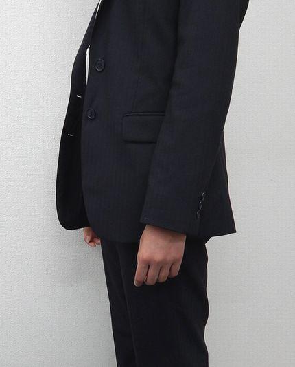 女性警護員(SP)のスーツジャケットの丈の長さ