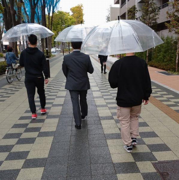 雨の中の身辺警護