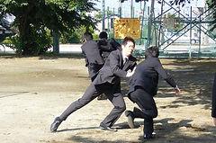 警護の退避訓練を実施している学生