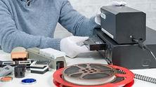 tecnico-com-cassete-vhs-para-digitalizac
