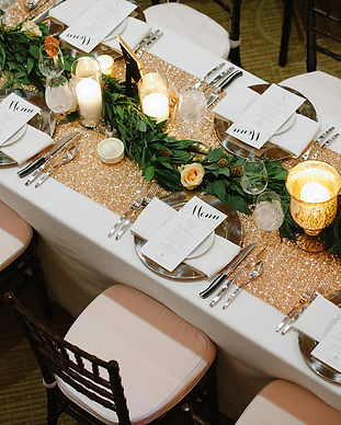 Wedding tablesetting with chiavari chairs and glitz runner