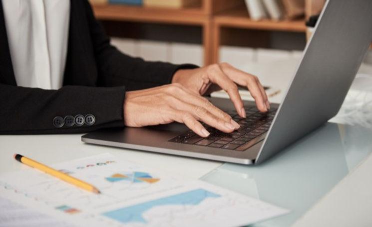 mujer-cosecha-escribiendo-computadora-po
