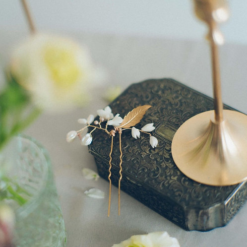 Pearl hair pin with golden leaf and clay flowers