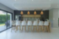 Cuisine moderne avec îlot central avec matériaux dominants, bois, blanc, gris anthracite