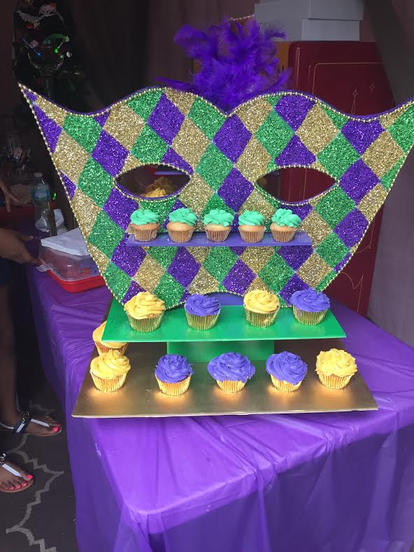 mardi gras with cupcakes