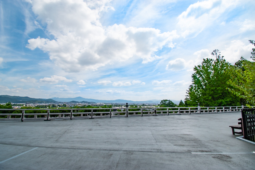 法輪寺には嵐山の観光地が見渡せるビューポイントがありました。夏の青々した山をバックに嵐山や京都が見下ろせます。