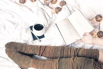 Mujer de la lectura con café