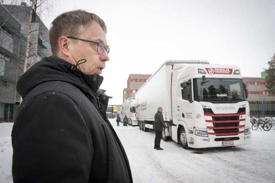 Professori Rauno Heikkilän mukaan odotukset automaattisen tai puoliautomaattisen kolonna-ajamisen kehityksestä rekkaliikenteessä ovat kovat. Tutkimuksella selvitetään, mitä vaikutuksia voidaan saavuttaa. KUVA: Pekka Peura