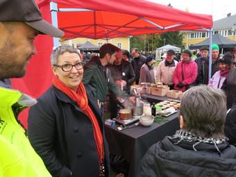 Alénin ja Tuomisen peruna-annokset menivät kuin kuumille kiville - Perunamarkkinoilla kävijäennätys