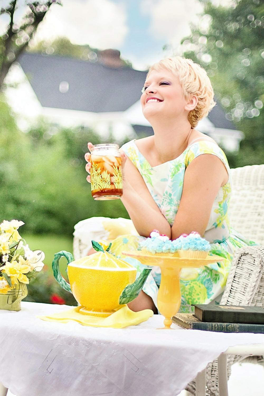 אישה מחייכת שותה מיץ