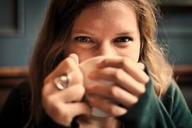 אישה שותה קפה