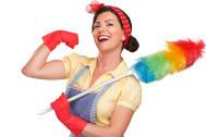 אישה מחזיקה מטאטא אבק ומחייכת