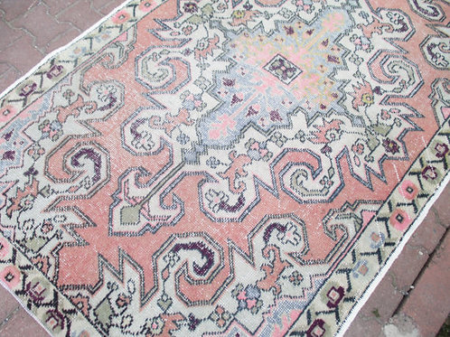 VINTAGE OUSHAK RUG, 90 x 54' inches 229 x 137 cm