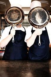 2 cuisiniers (-ères) parmi notre équipe aux fourneaux