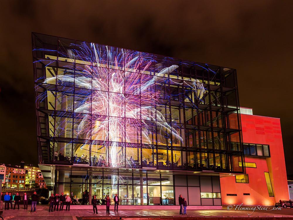 Fyrverkeri i Stavanger reflektert fra det nye konserthuset.
