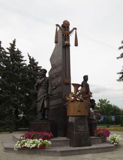 Памятник И.Шатрову и В.Агапкину