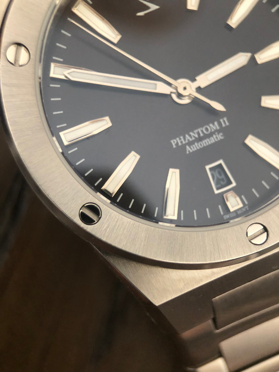 Can a microbrand challenge the integrated bracelet game? Enter the Phantom II