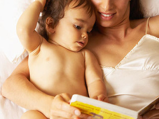 UN GESTO D'AMORE: un adulto che legge a un bambino
