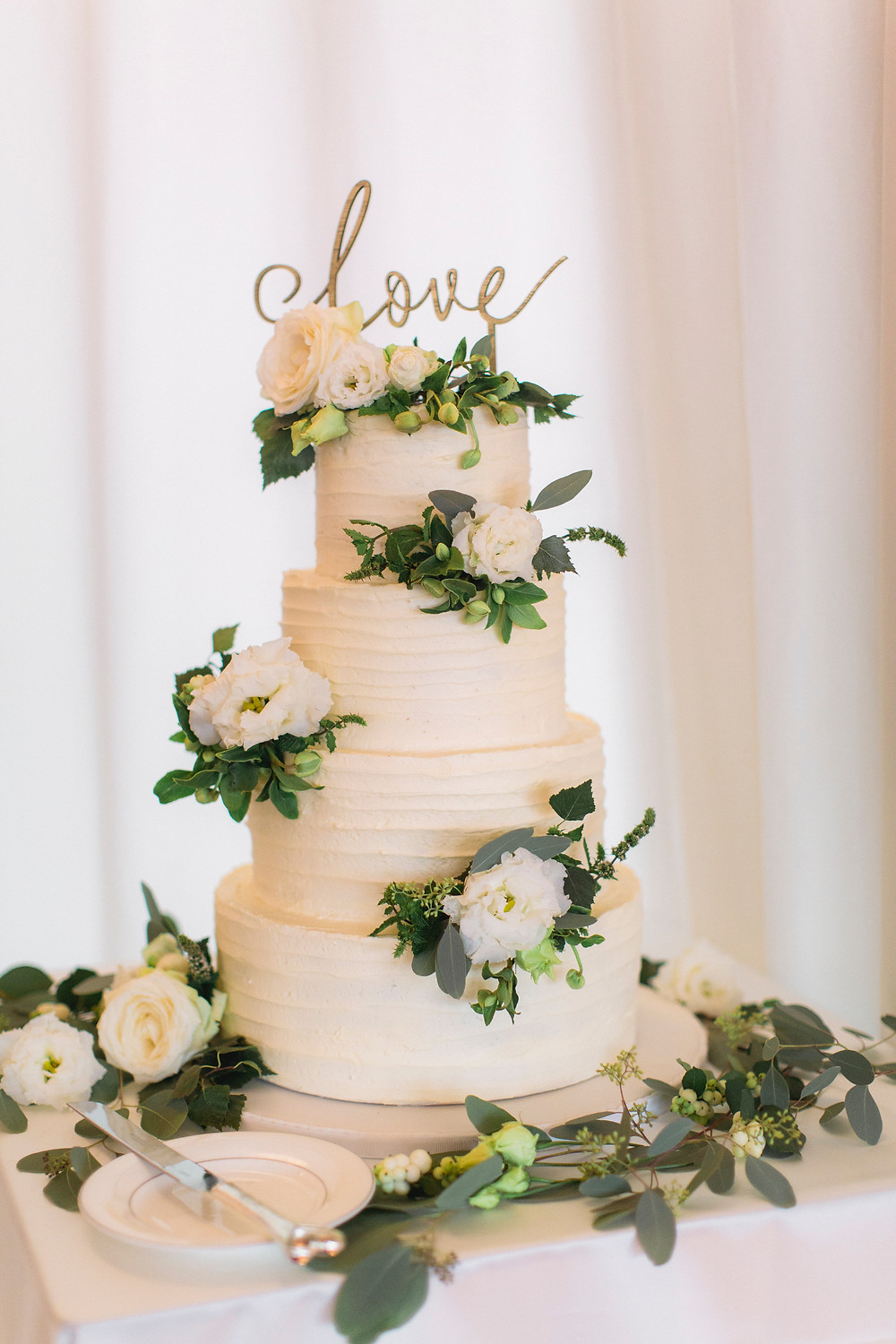 Broken Spoon Cakes | Rustic Buttercream Beauty Wedding Cake | Image by Magda Lukas Photography