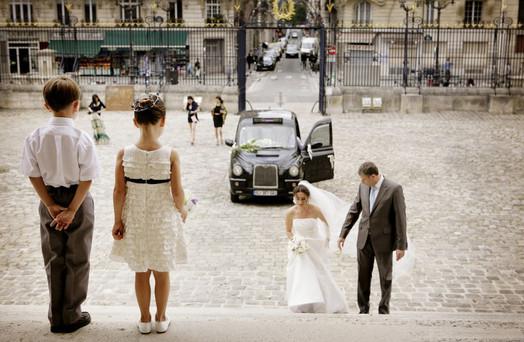 paris-black-cab-bride-arriving-page-boy-