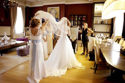 attaching-veil-bride-st-pancras-london-w