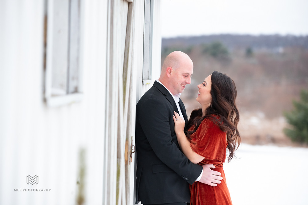 Winter engagement session couple outfit ideas in the snow