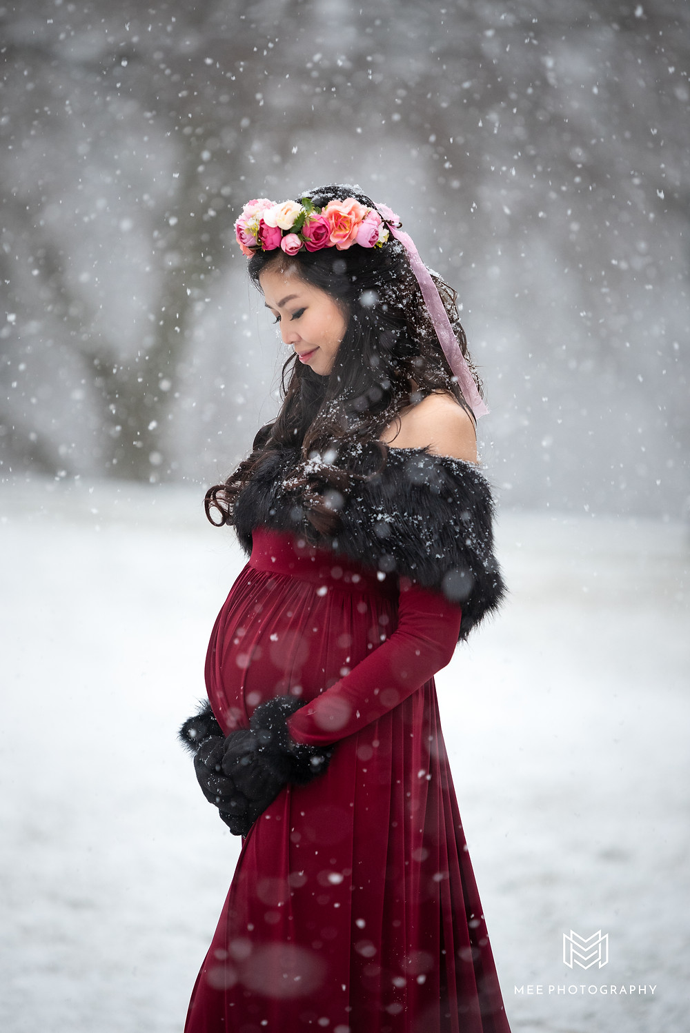 Woman holding her pregnant belly, Winter maternity photos at Hartwood Acres in Hampton Township