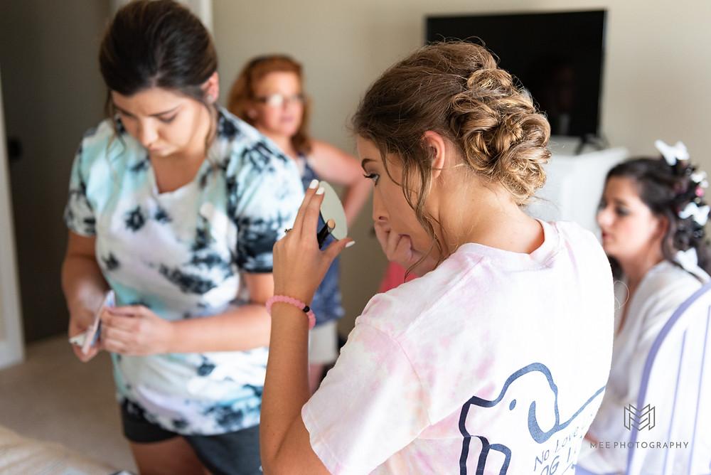 Bridemaids doing makeup