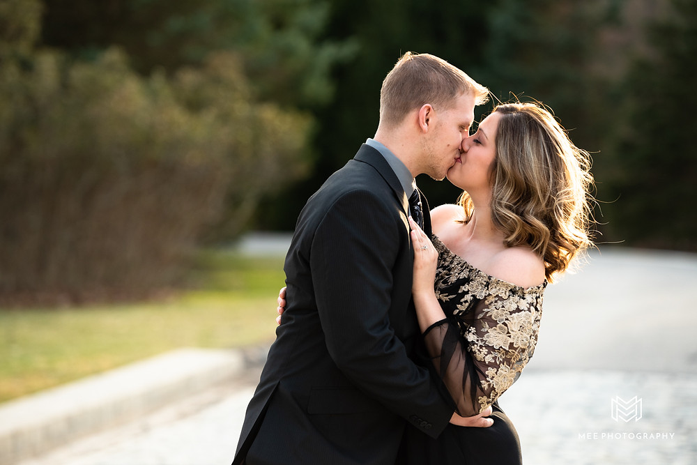 Couple kissing during their Hartwood Acres engagement in the sun