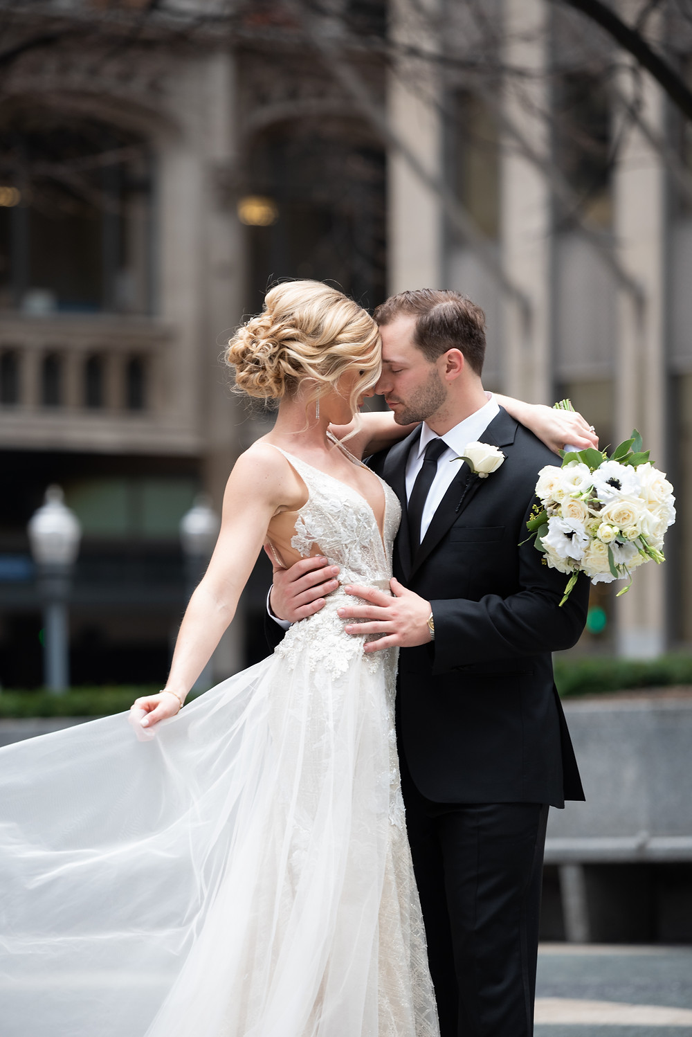 Elegant bride and groom photography in Mellon Square, Pittsburgh