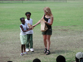 Arbor day Yolandi Handing out prizes 2.j