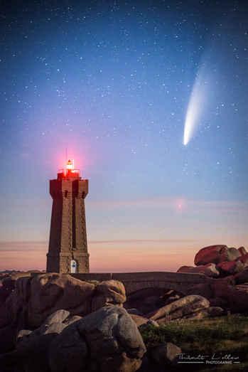 Le phare du Men Ruz, à Ploumanac'h, et la comète Neowise dans le ciel.
