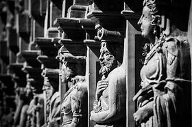 black-and-white-photography-crowd-statue