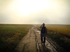homme marchant sur la route.jpg