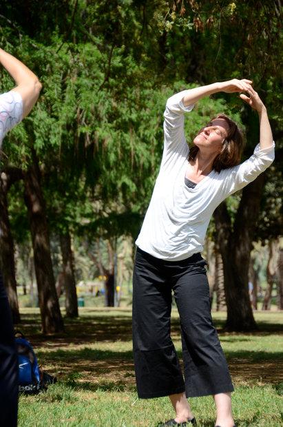 שיעור הדגמת תנועות לטיפול בגב תחתון ובאגן