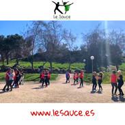 Clase de bailes en el parque.