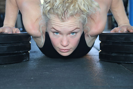 Fitness Girl deficit press up