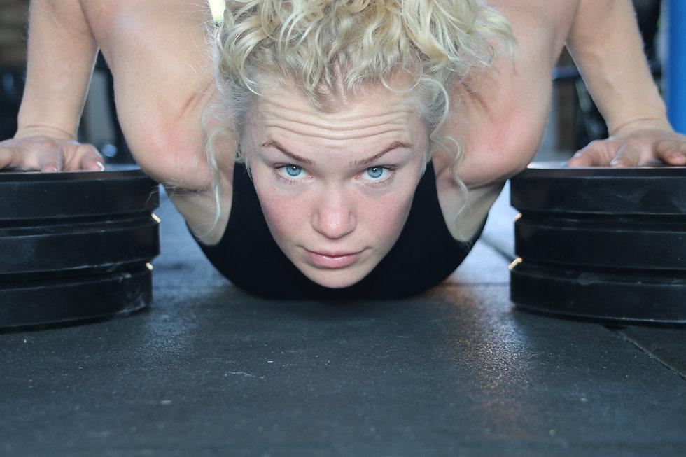 Fitness Girl deficit press up