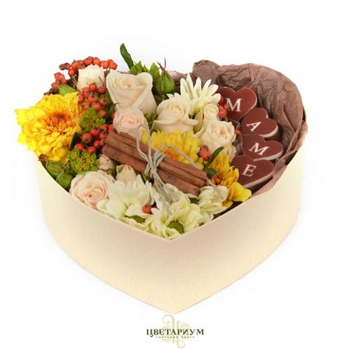 коробчка сердце  кустовая роза 2 надпись маме из 4х шоколадных конфет ягоды кори