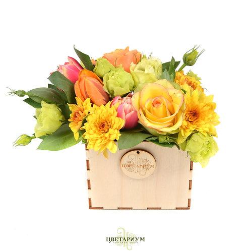 Композиция в деревянном ящике тюльпан 3 эустома 2 хризантема кустовая 2 роза Мис