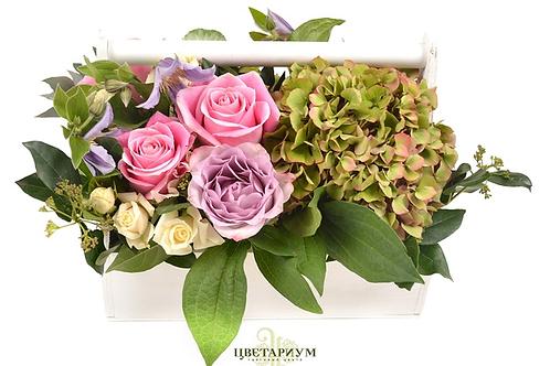 Композиция в белом деревянном ящике роза Heaven 3  роза  Memory 2 гортензия 1 ку